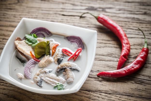 Тарелка тайского супа том кха кай