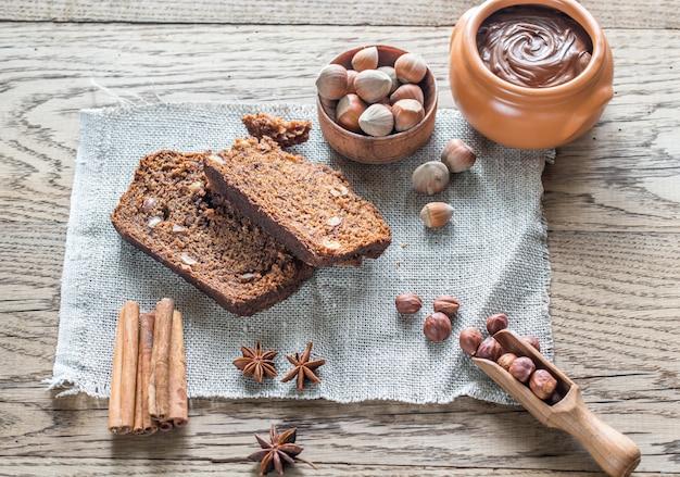 Ломтики банано-шоколадного хлеба с шоколадным кремом