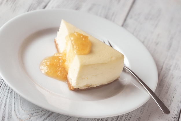 Традиционный чизкейк на белой тарелке