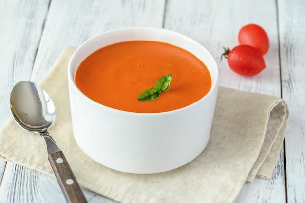 ボウルにトマトスープ