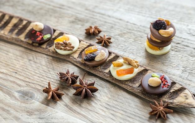 ナッツとドライフルーツのスイスのチョコレート菓子