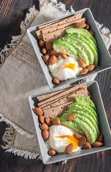 Яйцо-пашот с авокадо и миндалем