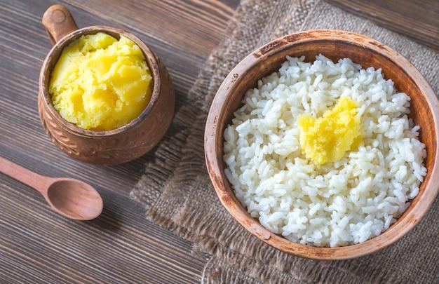 米とギーのボウルはバターを明らかにしました