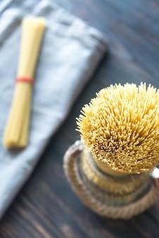 Сырые спагетти в стакане