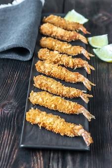 Креветка-темпура на тарелке