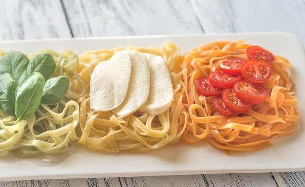 バジル、モッツァレラチーズ、チェリートマトのパスタ