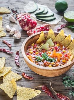 木製のテーブルにメキシコのトルティーヤスープ