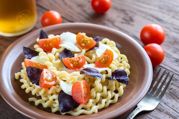 Фузилли лунги с сыром и помидорами черри