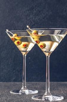 Два бокала мартини коктейль