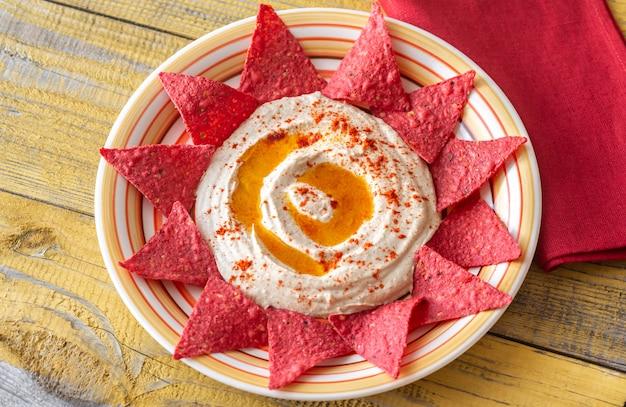 Хумус с чипсами из тортильи