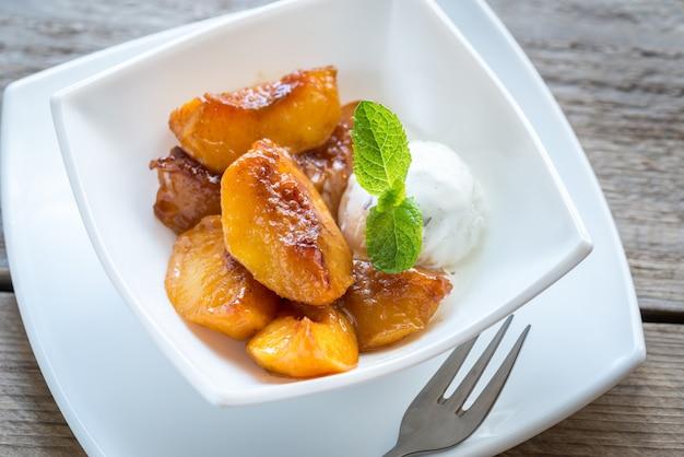 Карамелизированные персики с ванильным мороженым