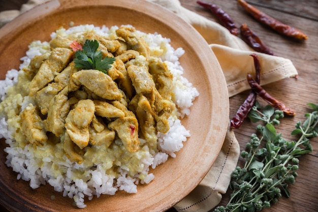 Индийская курица карри с белым рисом