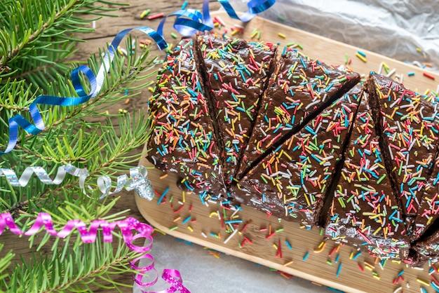 Торт помадка на деревянной доске