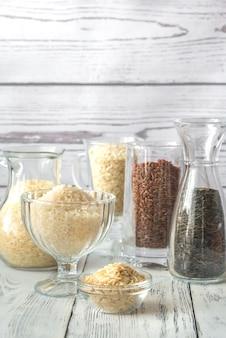 Различные виды риса на белом фоне