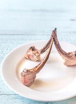 Жареные ребрышки из баранины на тарелке