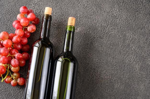Бутылки вина с гроздью винограда