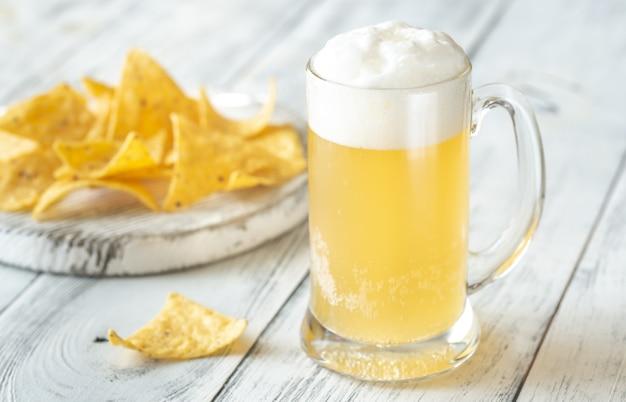 Кружка пива с чипсами из тортильи