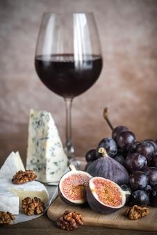 Красное вино с сыром, инжиром и виноградом