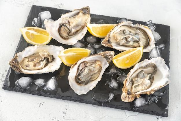 スレートボード上の生牡蠣