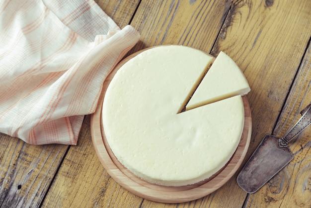 木製のテーブルの上の伝統的なチーズケーキ