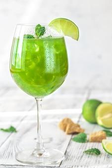 Стакан зеленого мохито