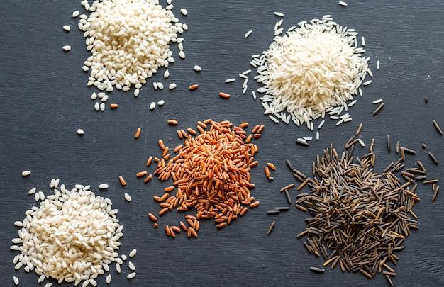 暗闇でさまざまな種類の米