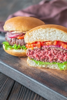 Гамбургер на разделочной доске