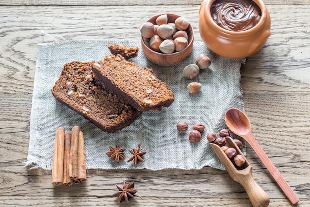 チョコレートクリームとバナナチョコレートパンのスライス