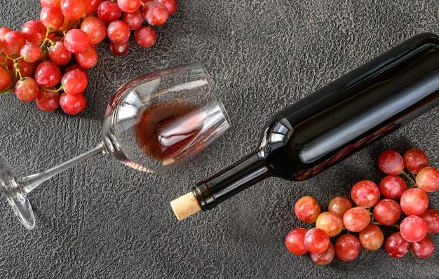 Бокал и бутылка красного вина