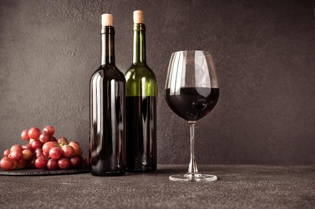 Красное вино с гроздью винограда