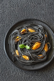 ムール貝とパルメザンチーズの黒パスタ