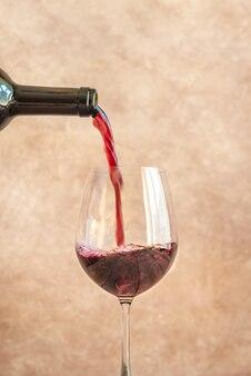 Красное вино льется в бокал