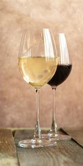 Бокалы белого и красного вина