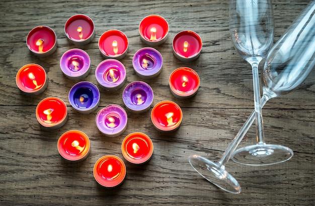 Горящие свечи в форме сердца с двумя флейтами