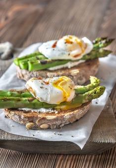 Бутерброд со спаржей и яйцом