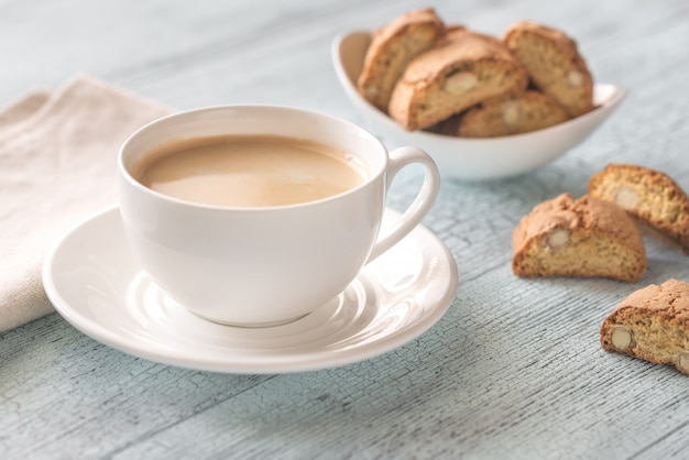 カントゥッチーニとコーヒーのカップ