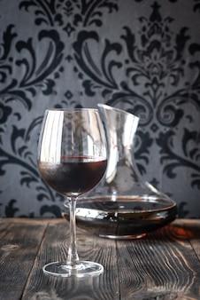 Графин и бокал с красным вином