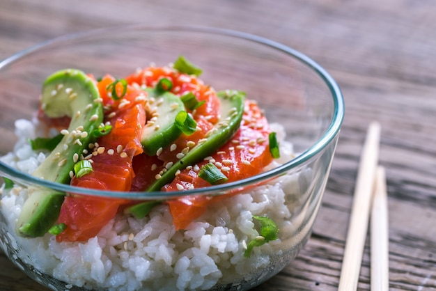 Белый рис с лососем и авокадо