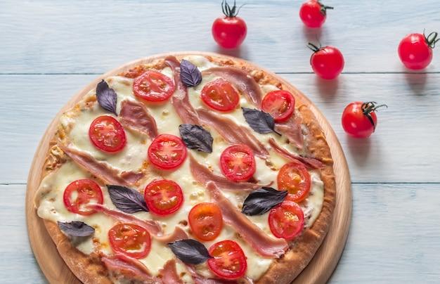 Пицца с сыром и прошутто