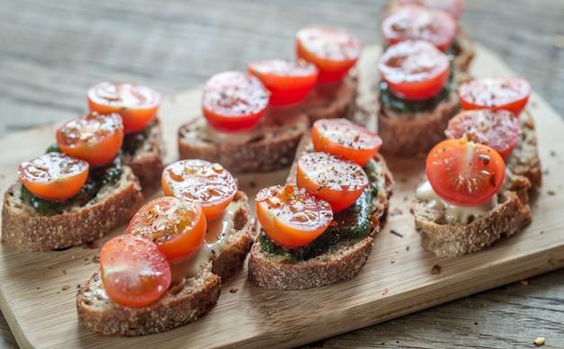 Тосты с тахини и мятным соусом и помидорами черри