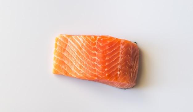 Сырой лосось на белой поверхности
