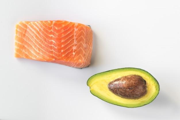Сырой лосось и авокадо