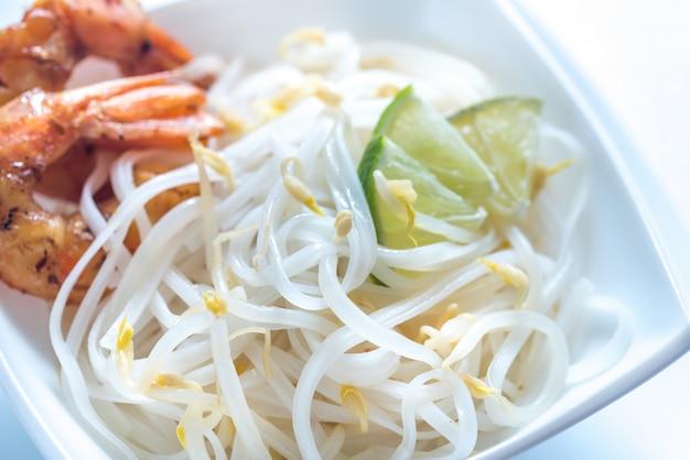 Рисовая лапша с креветками и ростками фасоли