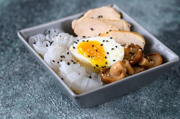 こんにゃくとアジア料理のボウル