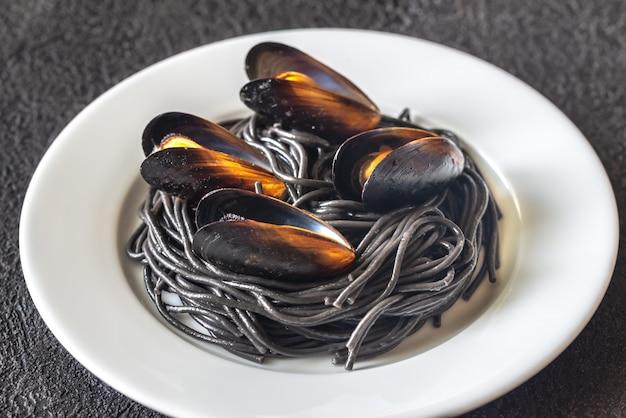 ムール貝の黒パスタ