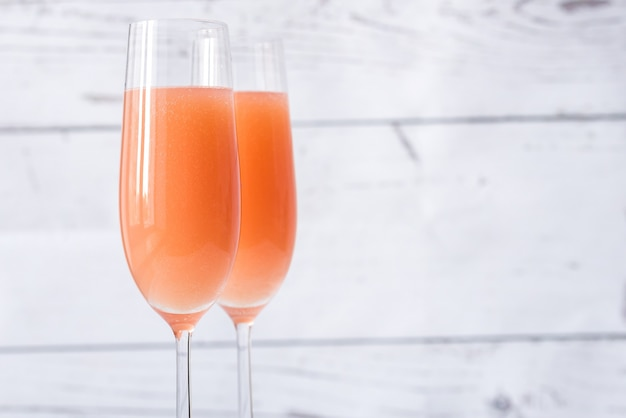Два бокала коктейля беллини
