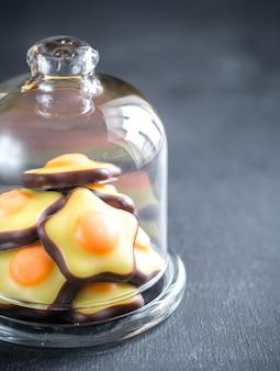 ガラスドームの下のフォンダン菓子