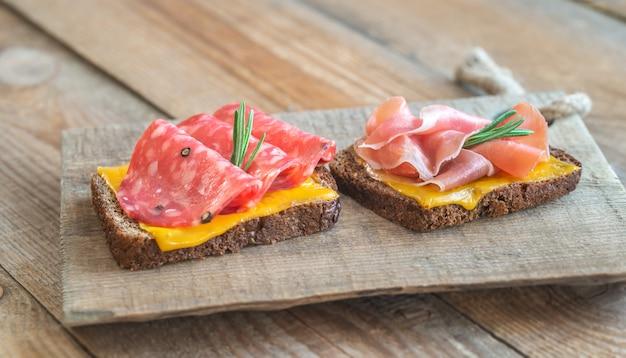 Испанские бутерброды с салчичоном и хамоном
