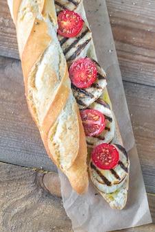 焼き茄子とチェリートマトのサンドイッチ