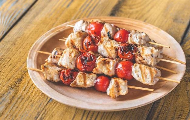 Жареные куриные шашлычки на тарелке